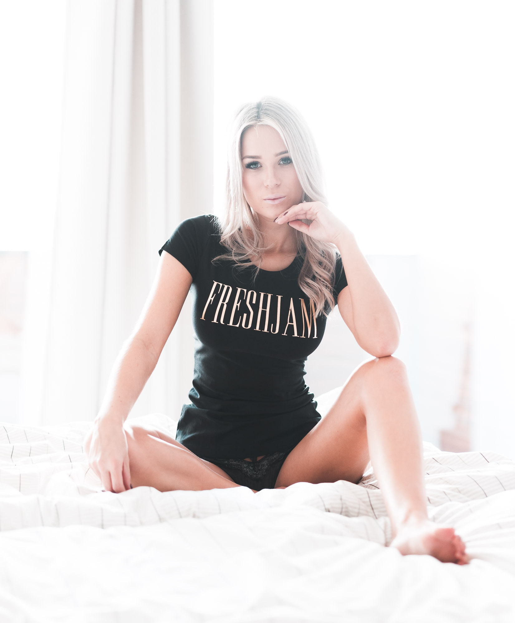 FRESHJAM GOLD LUX Woman in Bed