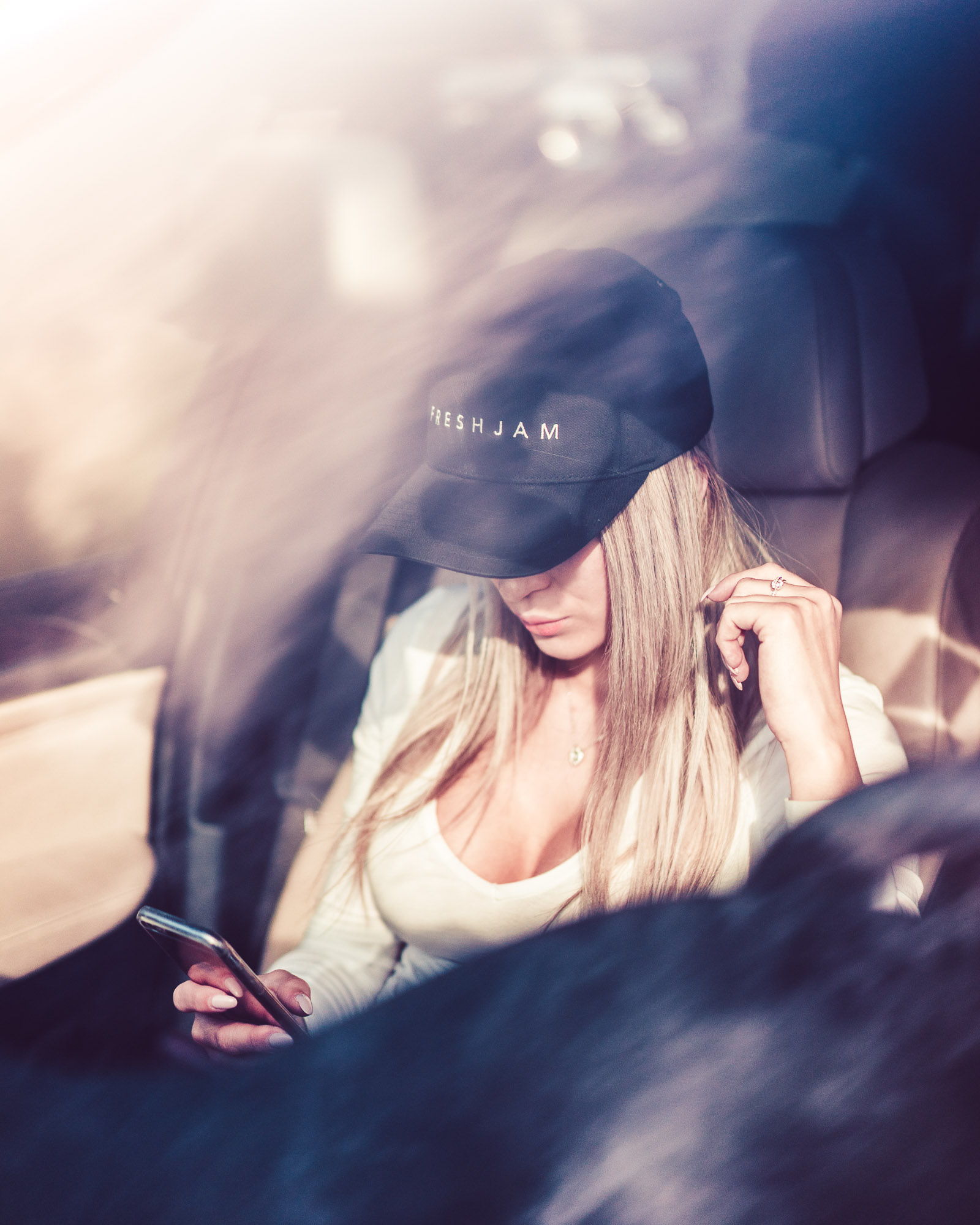 Snapback Minimal Sexy Blonde in Car