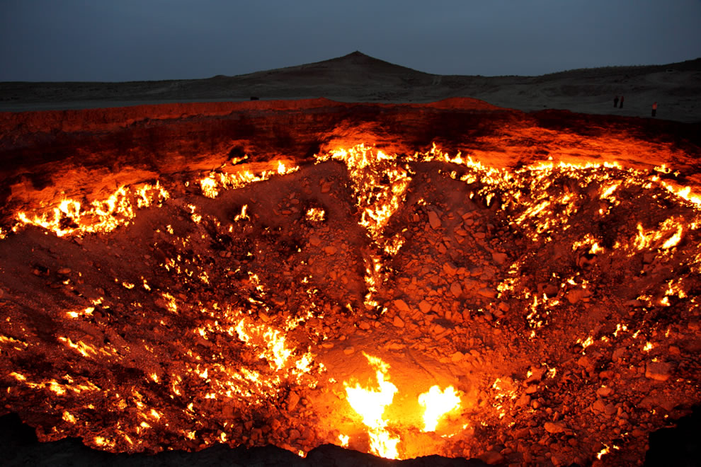 The-Door-to-Hell-in-the-nighttime-at-Turkmenistan-Darvaza