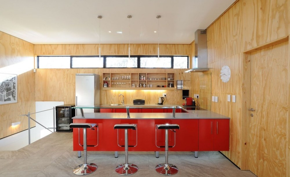 Wood-and-red-details-kitchen-1000x613