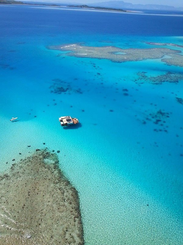 cloud-9-fiji-floating-bar-in-the-middle-of-the-ocean-4