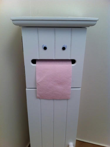 googly-eyebombing-paper-towel