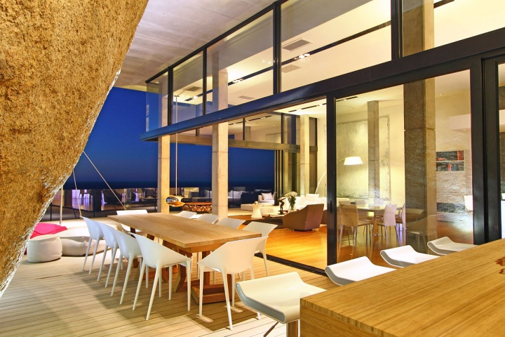 night-outdoor-dining-living-area